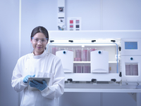 Portrait of scientist with bacterial cultures inside laboratory workstation 11015245499| 写真素材・ストックフォト・画像・イラスト素材|アマナイメージズ
