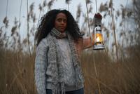 Woman using paraffin lamp in countryside 11015248738| 写真素材・ストックフォト・画像・イラスト素材|アマナイメージズ