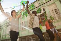 Students celebrating with Brazilian flags in the street, Rio de Janeiro, Brazil 11015249211| 写真素材・ストックフォト・画像・イラスト素材|アマナイメージズ