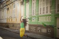 Young woman celebrating with Brazilian flags in the street, Rio de Janeiro, Brazil 11015249213| 写真素材・ストックフォト・画像・イラスト素材|アマナイメージズ
