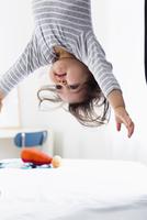 Baby boy hanging upside-down 11015251200| 写真素材・ストックフォト・画像・イラスト素材|アマナイメージズ