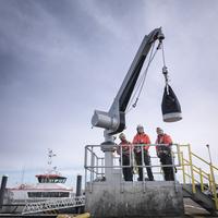 Offshore windfarm engineers in port with crane 11015253450| 写真素材・ストックフォト・画像・イラスト素材|アマナイメージズ