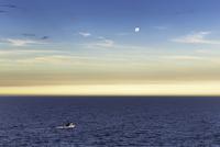 Fishing boat and full moon at dusk, Ponta do Criminoso, Buzios, Rio de Janeiro, Brazil 11015254760| 写真素材・ストックフォト・画像・イラスト素材|アマナイメージズ