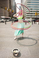 Young female performer hoola hooping on city street, Philadelphia, Pennsylvania, USA 11015259641| 写真素材・ストックフォト・画像・イラスト素材|アマナイメージズ