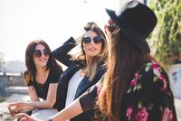Three stylish young female friends at city riverside 11015264900| 写真素材・ストックフォト・画像・イラスト素材|アマナイメージズ