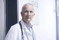 Portrait of male doctor 11015265151| 写真素材・ストックフォト・画像・イラスト素材|アマナイメージズ