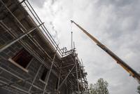 Scaffolding on building of construction site 11015265208| 写真素材・ストックフォト・画像・イラスト素材|アマナイメージズ