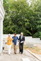 Full length front view of couple discussing housing redevelopment with architect 11015271410| 写真素材・ストックフォト・画像・イラスト素材|アマナイメージズ