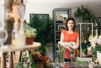 Portrait of florist arranging bouquet in flower shop 11015277111| 写真素材・ストックフォト・画像・イラスト素材|アマナイメージズ