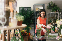 Florist arranging bouquet in flower shop 11015277112| 写真素材・ストックフォト・画像・イラスト素材|アマナイメージズ
