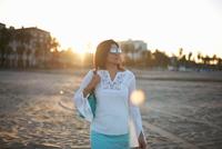 Woman strolling on Santa Monica beach at sunset, Cresent City, California, USA 11015277437| 写真素材・ストックフォト・画像・イラスト素材|アマナイメージズ
