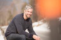 Portrait of mid adult man, outdoors, smiling 11015279237| 写真素材・ストックフォト・画像・イラスト素材|アマナイメージズ