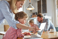 Parents and sons working in home office 11015279488| 写真素材・ストックフォト・画像・イラスト素材|アマナイメージズ