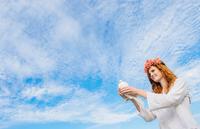 Teenage girl holding white dove 11015280574  写真素材・ストックフォト・画像・イラスト素材 アマナイメージズ