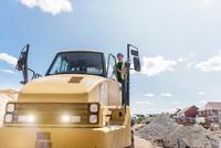 Dumper driver on housing building site 11015282030| 写真素材・ストックフォト・画像・イラスト素材|アマナイメージズ