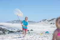 Boy running on beach with fishing net, Cape Town, South Africa 11015285312| 写真素材・ストックフォト・画像・イラスト素材|アマナイメージズ