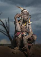 Young warrior of the Mursi tribe with Kalashnikov gun, Omo Valley, Ethiopia 11015286639| 写真素材・ストックフォト・画像・イラスト素材|アマナイメージズ