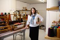 Woman in loom workshop looking at camera 11015286959  写真素材・ストックフォト・画像・イラスト素材 アマナイメージズ