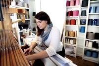 Young woman using loom 11015286961| 写真素材・ストックフォト・画像・イラスト素材|アマナイメージズ