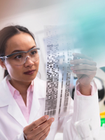 Scientist viewing a DNA profile experiment in a laboratory 11015288517| 写真素材・ストックフォト・画像・イラスト素材|アマナイメージズ