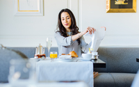 Young woman preparing napkin whilst having champagne breakfast at  boutique hotel in Italy 11015288756| 写真素材・ストックフォト・画像・イラスト素材|アマナイメージズ