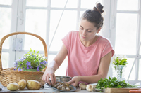 Young woman preparing snails at kitchen counter, Vogogna,Verbania, Piemonte, Italy 11015289477| 写真素材・ストックフォト・画像・イラスト素材|アマナイメージズ