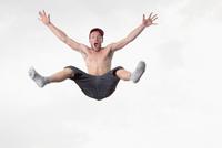 Bare chested man jumping in mid air 11015289895  写真素材・ストックフォト・画像・イラスト素材 アマナイメージズ