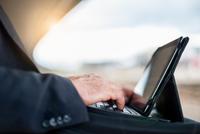 Close up of hands of businessman typing on laptop on railway platform 11015290225| 写真素材・ストックフォト・画像・イラスト素材|アマナイメージズ