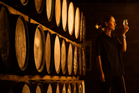 Female taster looking at the colour of whisky in glass at whisky distillery 11015290818| 写真素材・ストックフォト・画像・イラスト素材|アマナイメージズ