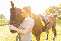 Woman stroking horse 11015290885| 写真素材・ストックフォト・画像・イラスト素材|アマナイメージズ
