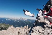 Wingsuit BASE jumping team jumping from cliff, Italian Alps, Alleghe, Belluno, Italy 11015290973| 写真素材・ストックフォト・画像・イラスト素材|アマナイメージズ