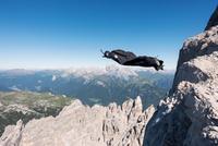 Wingsuit BASE jumper jumping from cliff, Italian Alps, Alleghe, Belluno, Italy 11015290974| 写真素材・ストックフォト・画像・イラスト素材|アマナイメージズ