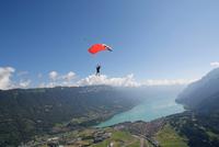Male sky diver with parachute over lake, Interlaken, Berne, Switzerland 11015291067| 写真素材・ストックフォト・画像・イラスト素材|アマナイメージズ