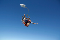 Tandem sky divers free falling with parachute opening, Interlaken, Berne, Switzerland 11015291072| 写真素材・ストックフォト・画像・イラスト素材|アマナイメージズ