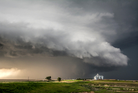 A tornado-producing supercell thunderstorm spinning over ranch land near Leoti, Kansas 11015294354| 写真素材・ストックフォト・画像・イラスト素材|アマナイメージズ