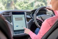 Woman using graphical display in electric car 11015294570| 写真素材・ストックフォト・画像・イラスト素材|アマナイメージズ