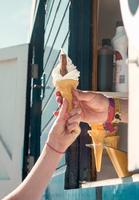 Cropped view of vendor handing customer ice cream 11015294624| 写真素材・ストックフォト・画像・イラスト素材|アマナイメージズ