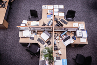 Overhead view of cross shaped office desk with desktop computers 11015294679| 写真素材・ストックフォト・画像・イラスト素材|アマナイメージズ