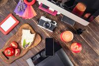 Overhead view of photo editing equipment; graphic tablet,  retro camera, smartphone, desktop computer and lunch 11015295425| 写真素材・ストックフォト・画像・イラスト素材|アマナイメージズ