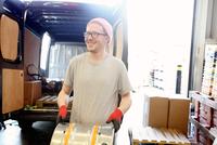 Worker in brewery, preparing to distribute barrels of beer 11015295947| 写真素材・ストックフォト・画像・イラスト素材|アマナイメージズ