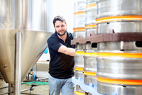 Worker in brewery organising beer barrels for delivery 11015295957| 写真素材・ストックフォト・画像・イラスト素材|アマナイメージズ