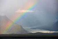 Rainbow at Svinafellsjokull glacier, Iceland 11015296533| 写真素材・ストックフォト・画像・イラスト素材|アマナイメージズ