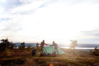 Hikers setting up tent, Keimiotunturi, Lapland, Finland 11015297203| 写真素材・ストックフォト・画像・イラスト素材|アマナイメージズ