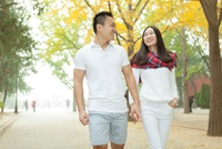 Young couple strolling in autumn tree lined park, Beijing, China 11015297409| 写真素材・ストックフォト・画像・イラスト素材|アマナイメージズ