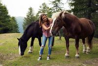 Young woman stroking palomino horse on hill, Sattelbergalm, Tyrol, Austria 11015297439| 写真素材・ストックフォト・画像・イラスト素材|アマナイメージズ