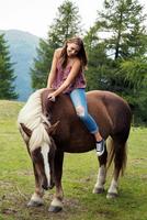 Young woman sitting on palomino horse, Sattelbergalm, Tyrol, Austria 11015297440| 写真素材・ストックフォト・画像・イラスト素材|アマナイメージズ