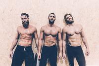 Portrait of three macho male cross trainers in gym 11015297501| 写真素材・ストックフォト・画像・イラスト素材|アマナイメージズ
