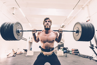 Young male cross trainer weightlifting barbell in gym 11015297507| 写真素材・ストックフォト・画像・イラスト素材|アマナイメージズ