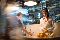 Restaurant owners working in kitchen 11015298062| 写真素材・ストックフォト・画像・イラスト素材|アマナイメージズ