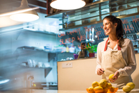 Restaurant owner peeling lemons in kitchen 11015298063| 写真素材・ストックフォト・画像・イラスト素材|アマナイメージズ